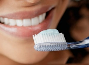 Чистка зубов в течение тридцати минут после приема пищи приводит к их разрушению